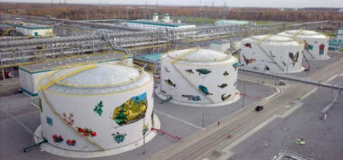 Расписанные зверями и птицами резервуары появились на нефтехимическом комплексе СИБУР в Тобольске